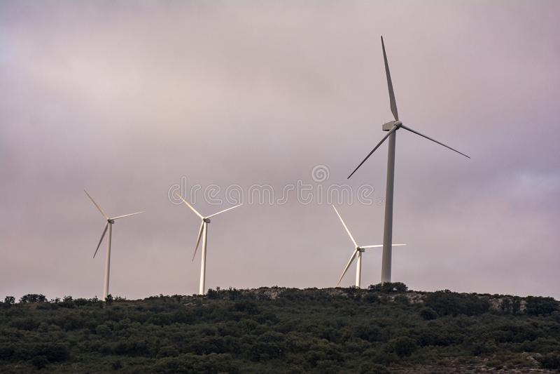 Turbina de viento que genera electricidad en el parque eólico de Las Labradas en el norte de la provincia de Zamora en España fotografía de archivo libre de regalías
