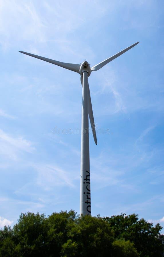 Turbina de viento verde del parque fotos de archivo