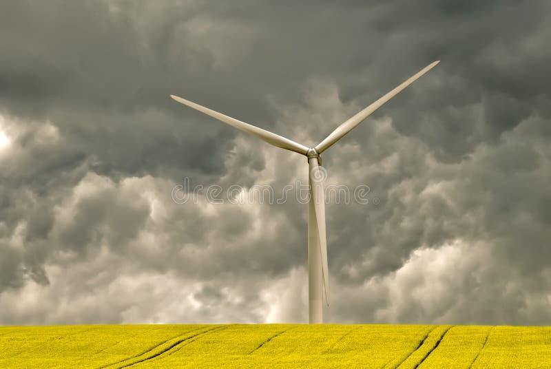 Turbina de viento y cielo oscuro fotos de archivo