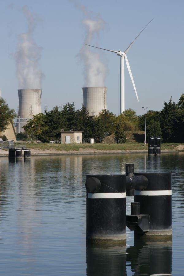 Turbina de viento y torre de enfriamiento nuclear imagen de archivo libre de regalías