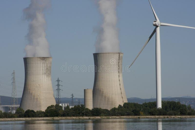 Turbina de viento y torre de enfriamiento nuclear fotos de archivo