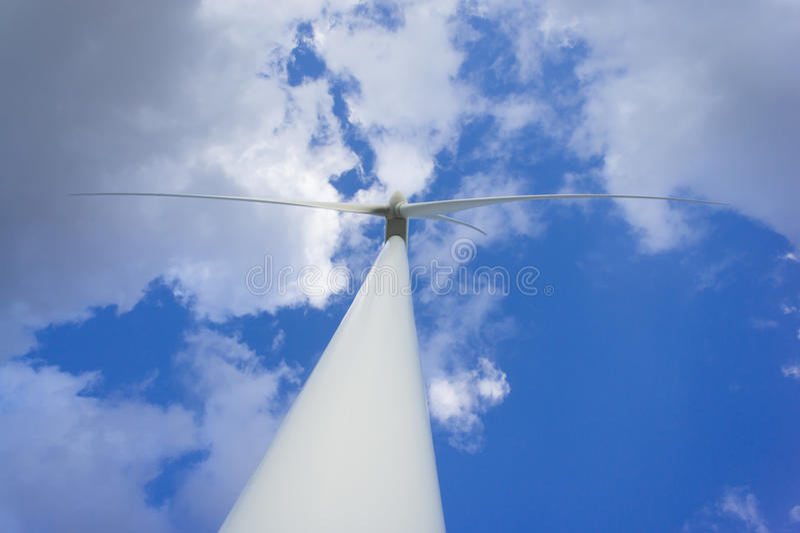 Turbina dell'energia eolica che genera elettricità Potenza di Eco immagine stock