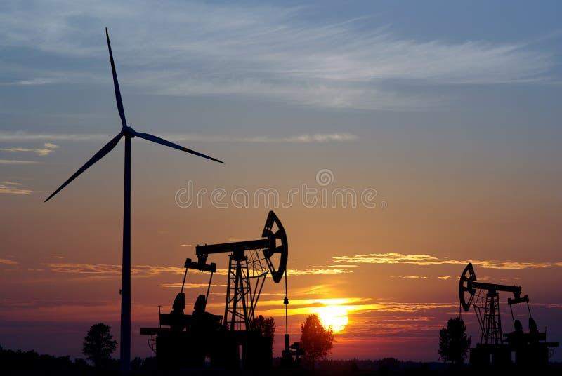Turbina di vento e della pompa fotografia stock