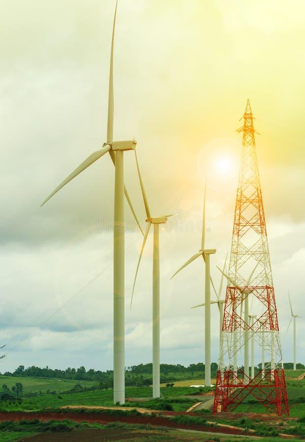 Turbina do moinho de vento na terra de exploração agrícola de geração elétrica imagens de stock