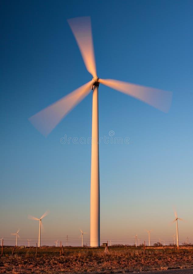 Turbina eólica alta com borrão de movimento imagens de stock