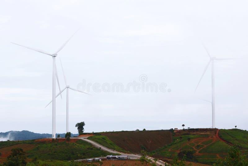 Turbina eólica da produção de eletricidade na montanha imagem de stock