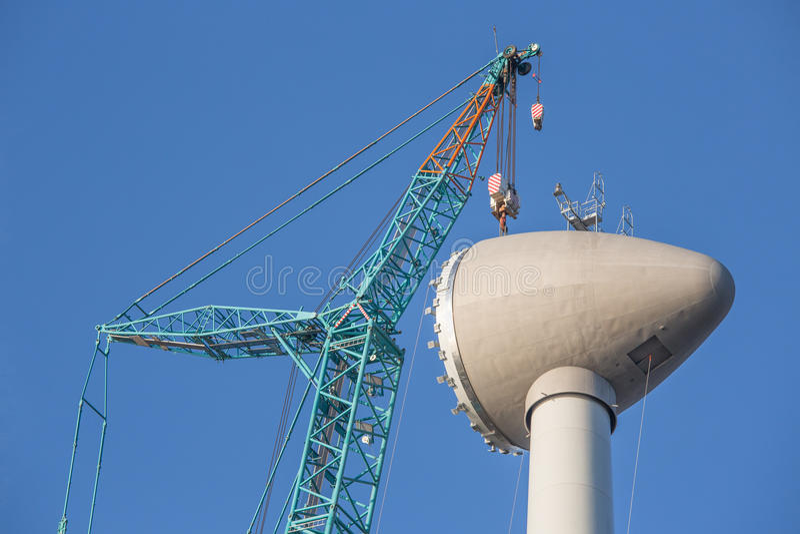 Turbina eólica do canteiro de obras com levantamento da casa do rotor foto de stock