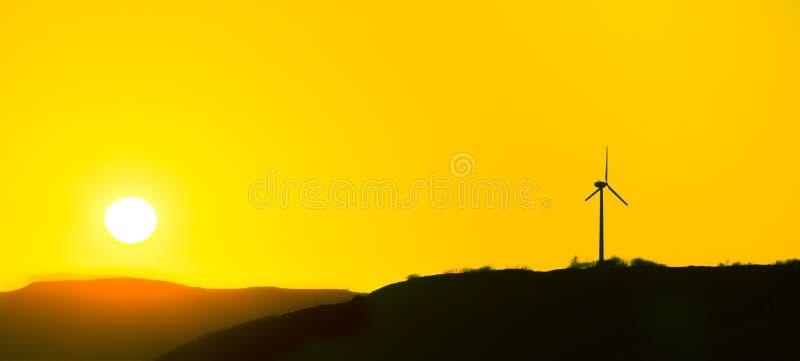 Turbina eólica em um por do sol amarelo bonito ilha do skye imagens de stock royalty free