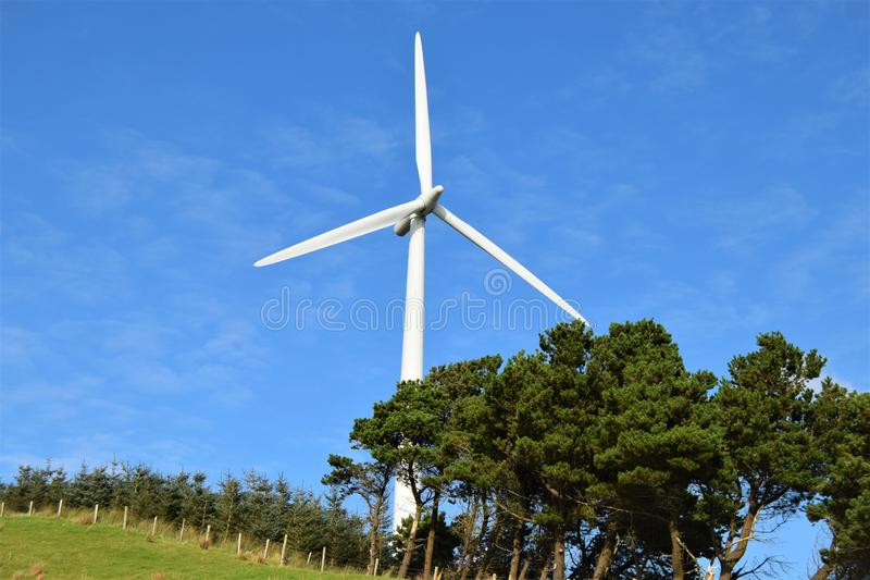 Turbina eólica integrada perfeitamente com natureza fotografia de stock royalty free