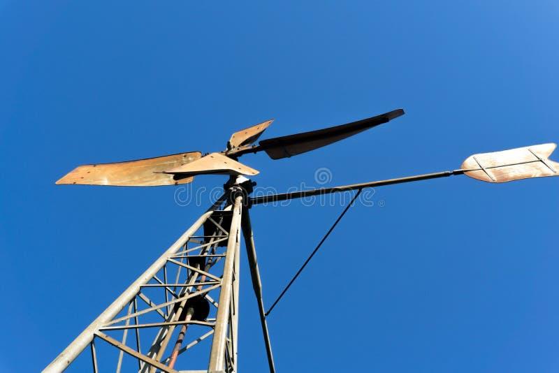 Turbina eólica na parte dianteira um céu azul fotografia de stock
