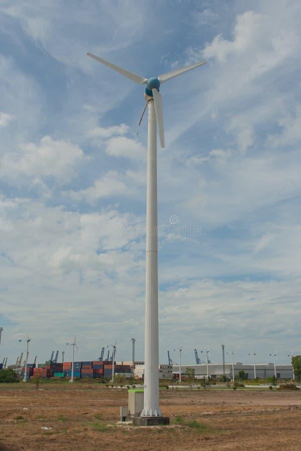 Turbina eólica na propriedade industrial de Laem Chabang imagens de stock royalty free