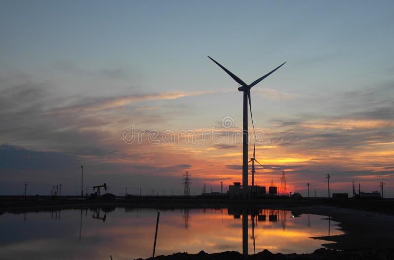 Turbina eólica no alvorecer imagens de stock
