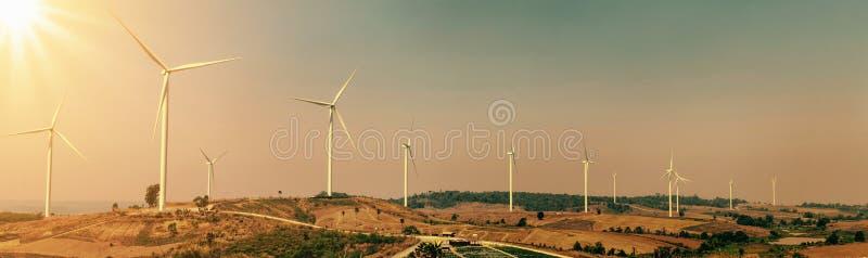turbina eólica no monte com luz solar energia do poder do eco do conceito dentro fotografia de stock