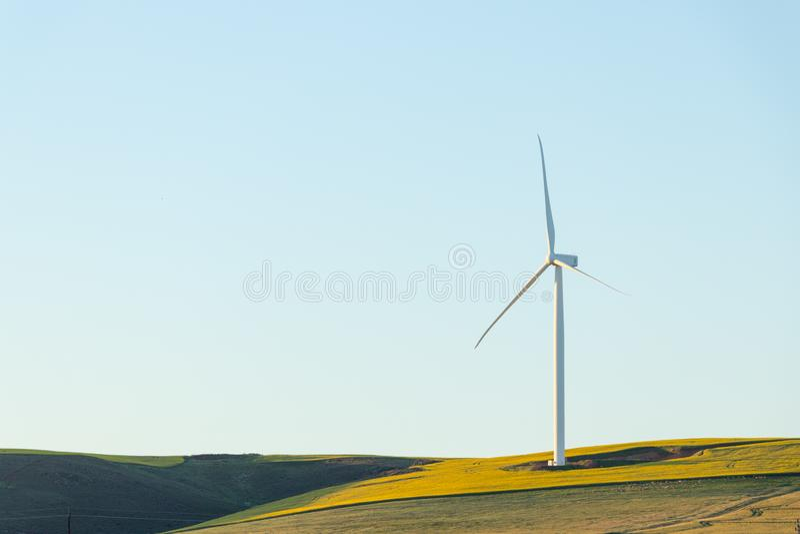 Turbina eólica no monte, Riversdale imagens de stock