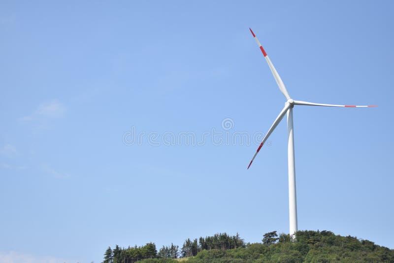 Turbina eólica perto de Affi, Vêneto, Itália fotos de stock royalty free