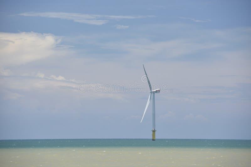 Turbina eólica a pouca distância do mar do ` s de Taiwan primeiramente imagens de stock