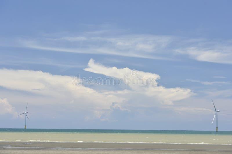 Turbina eólica a pouca distância do mar do ` s de Taiwan primeiramente fotos de stock
