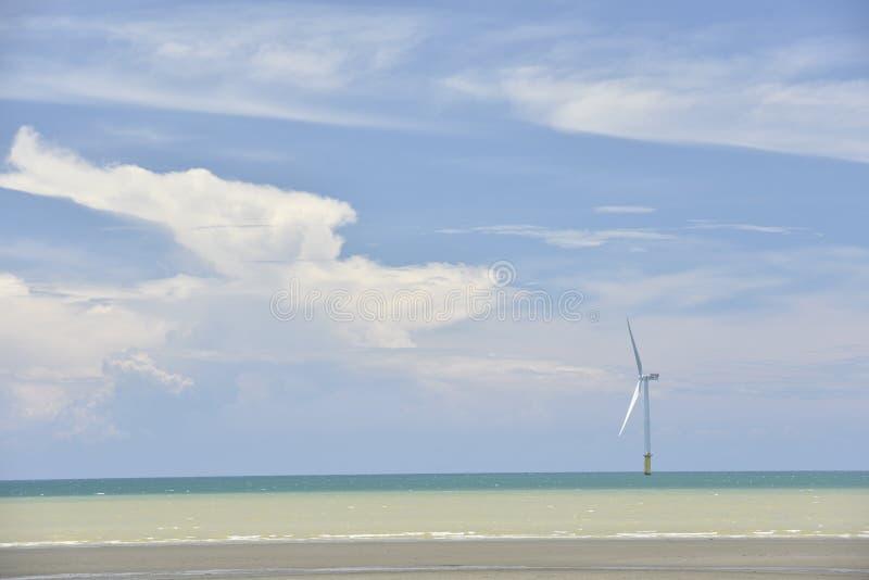 Turbina eólica a pouca distância do mar do ` s de Taiwan primeiramente imagem de stock