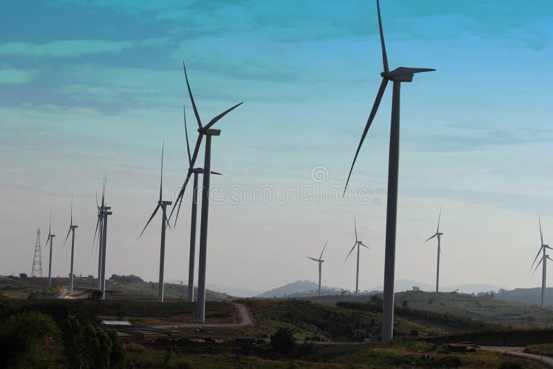 Turbina eólica produzindo a energia alternativa fotos de stock