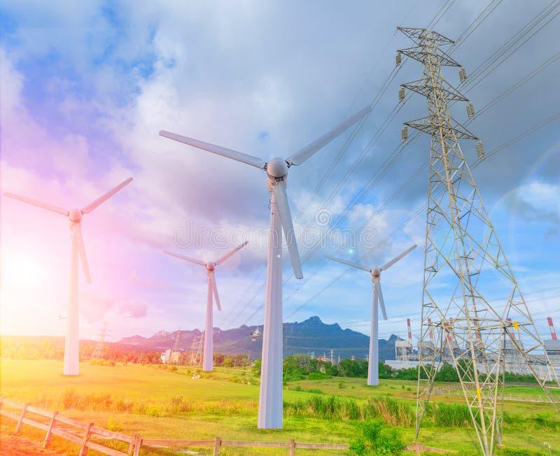 A turbina eólica substitui o central elétrica velho de carvão fotografia de stock royalty free