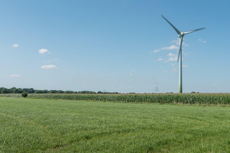 Turbina moderna do moinho de vento, energias eólicas, energia verde foto de stock