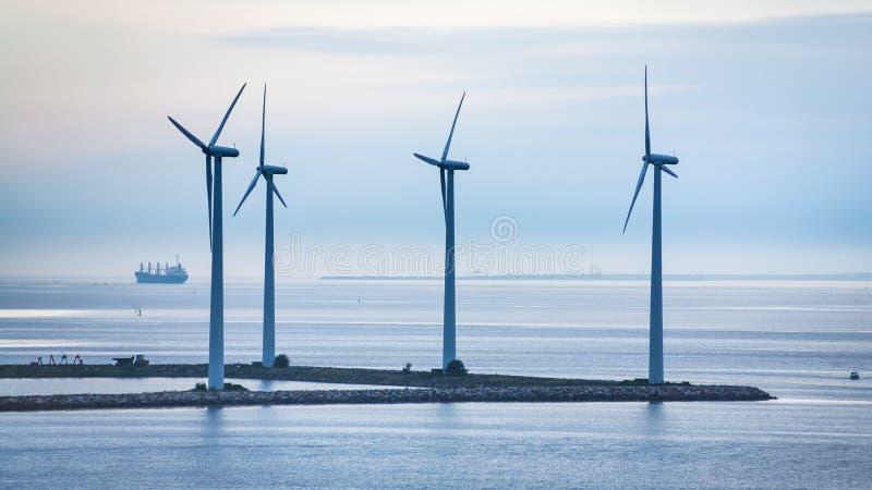 Turbina na wyspie na morzu wiatrowy gospodarstwo rolne obraz royalty free