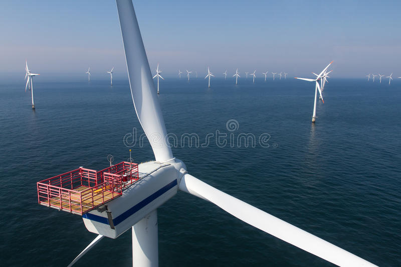 Turbina no windfarm a pouca distância do mar fotos de stock royalty free