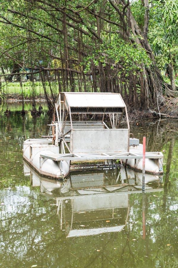 Turbina o mulino a acqua dell'acqua del metallo fotografia stock