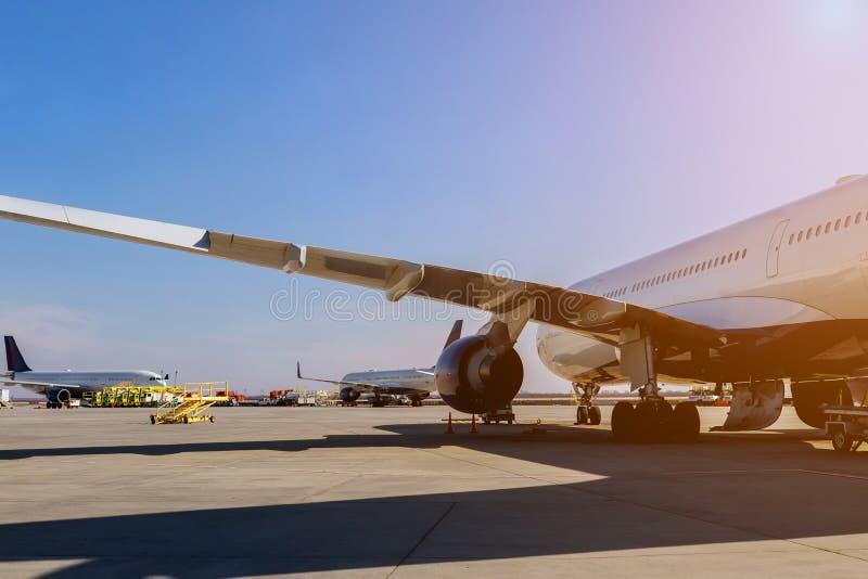 A turbina que o plano dos aviões se está preparando para voar no avião na pista de decolagem no aeroporto foto de stock royalty free