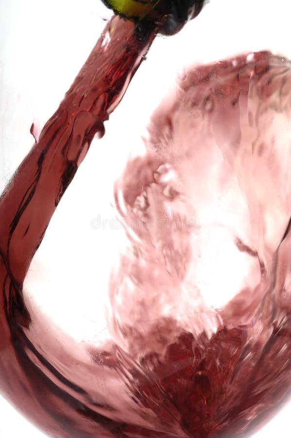 Turbina un bicchiere di vino una volta riempito fotografie stock