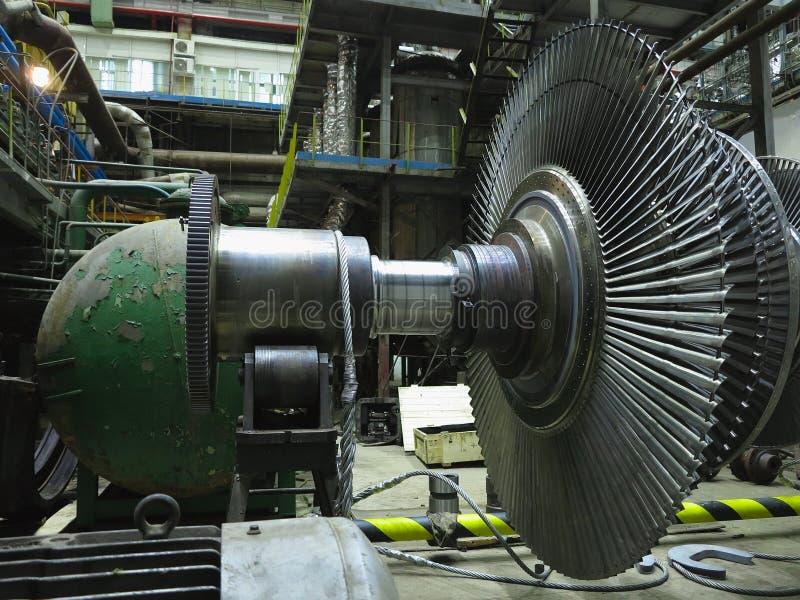 Turbina a vapor do gerador de energia em processo de reparação, máquinas, tubos, tubos na central elétrica fotos de stock