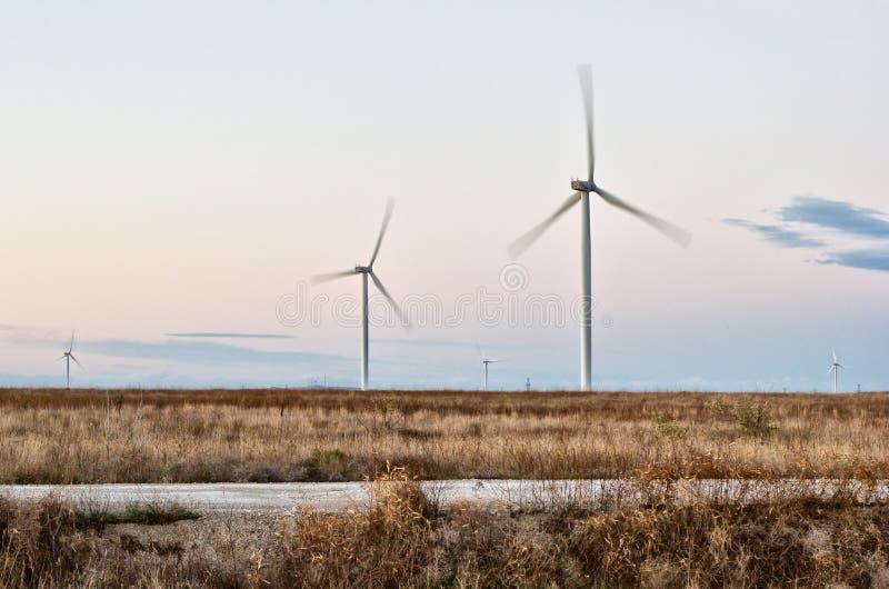 Turbinas de la estepa, del camino y de viento en Crimea imagenes de archivo