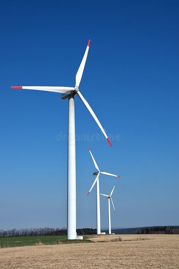 Turbinas de vento, campo amarelo Energia renovável com turbinas eólicas Moinhos de vento para a produção de Electric Power fotos de stock