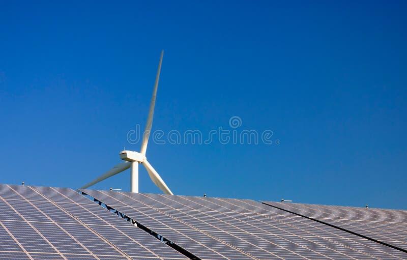 Turbinas de vento - central energética das células solares fotos de stock