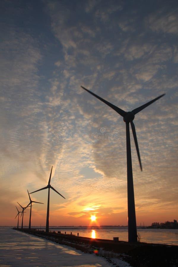 Turbinas de vento dos moinhos de vento da energia imagens de stock royalty free