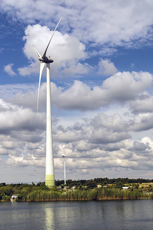 Turbinas de vento no campo verde fotografia de stock royalty free