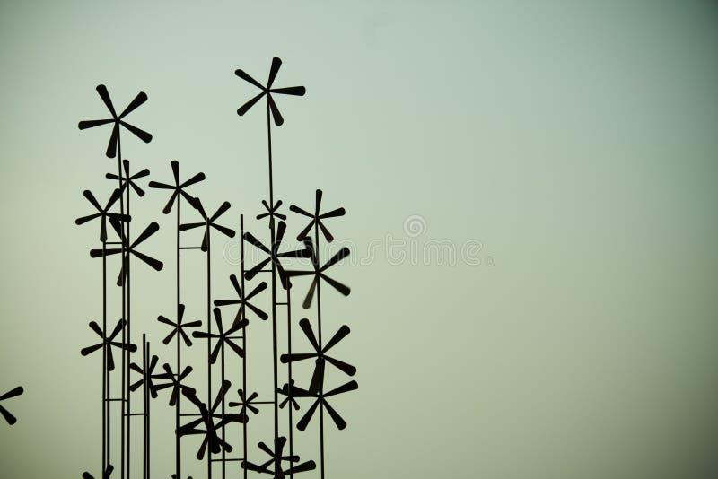 Turbinas de vento no campo verde imagens de stock royalty free
