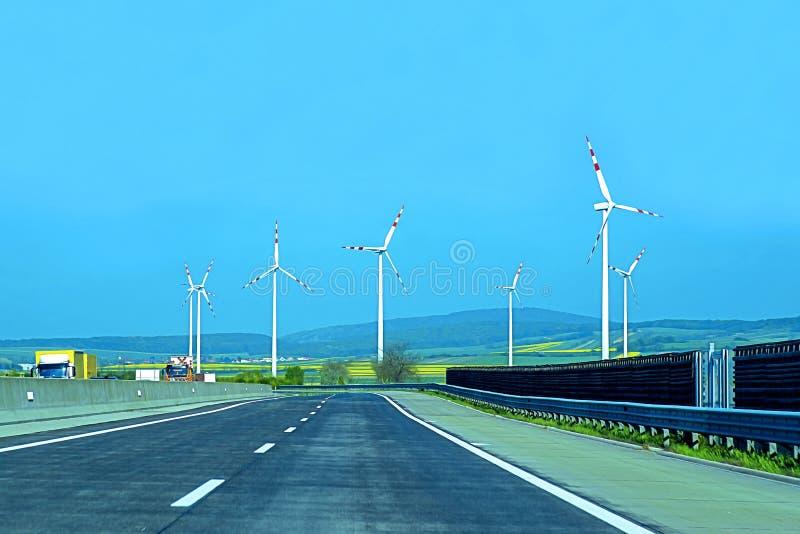 Turbinas de vento no campo verde Desenvolvimento sustentável, energia renovável Moinhos de vento para a produção da energia elétr fotografia de stock royalty free