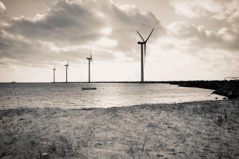 Turbinas de viento costa afuera foto de archivo