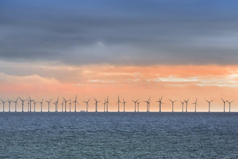 Turbinas de viento costero cerca de Copenhague imagen de archivo libre de regalías
