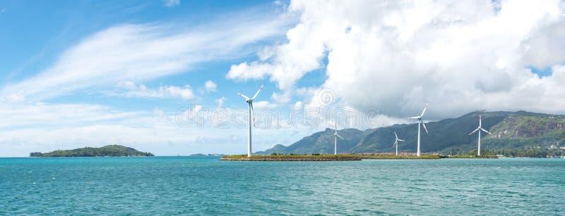 Turbinas de viento costero en Seychelles foto de archivo