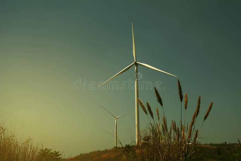 Turbinas de viento debajo del cielo para el concepto de la tecnología Turbinas de viento en campo verde fotografía de archivo libre de regalías