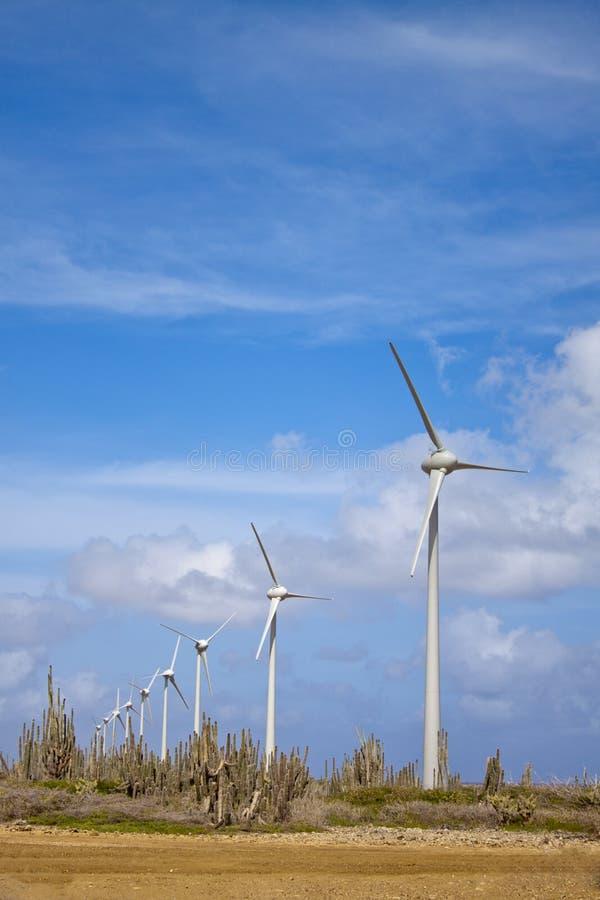 Turbinas de viento en desierto foto de archivo