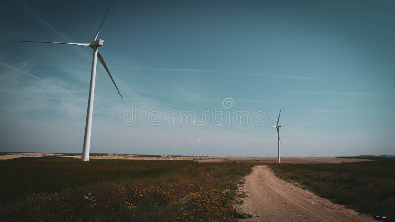 Turbinas de viento en el camino fotos de archivo libres de regalías