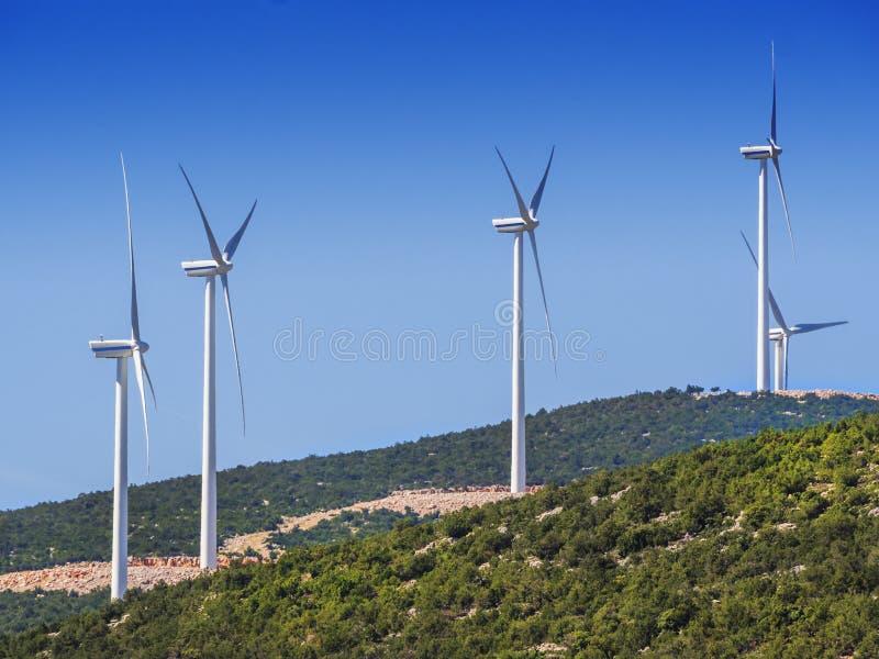 Turbinas de viento en la cima de la montaña fotos de archivo