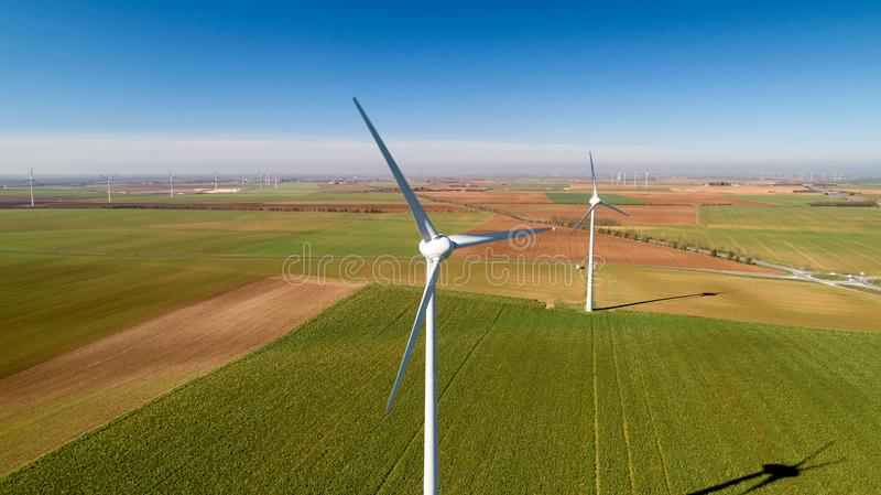 Turbinas de viento en los campos, Le Langon, Francia imágenes de archivo libres de regalías