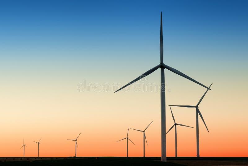 Turbinas de viento en país imagenes de archivo