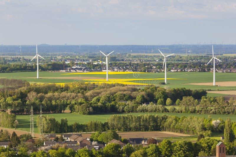 Turbinas de viento en paisaje plano fotografía de archivo