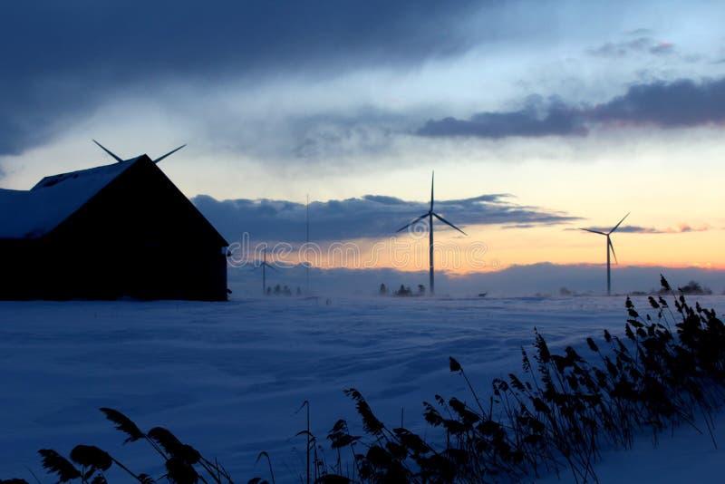 Turbinas de viento en un paisaje del campo fotografía de archivo
