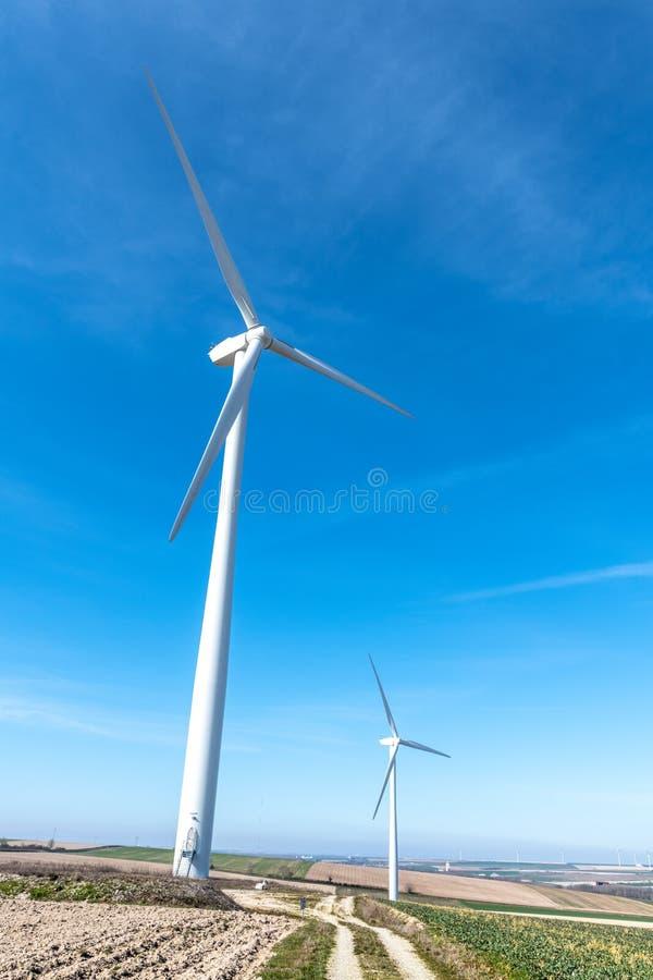 Turbinas de viento en una colina imagenes de archivo